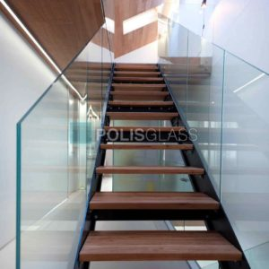Стекляная лестница в частный дом