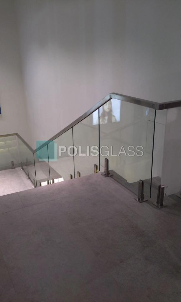 Цельностеклянное ограждение лестницы