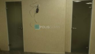 Цельностеклянные двери в алюминевой коробке